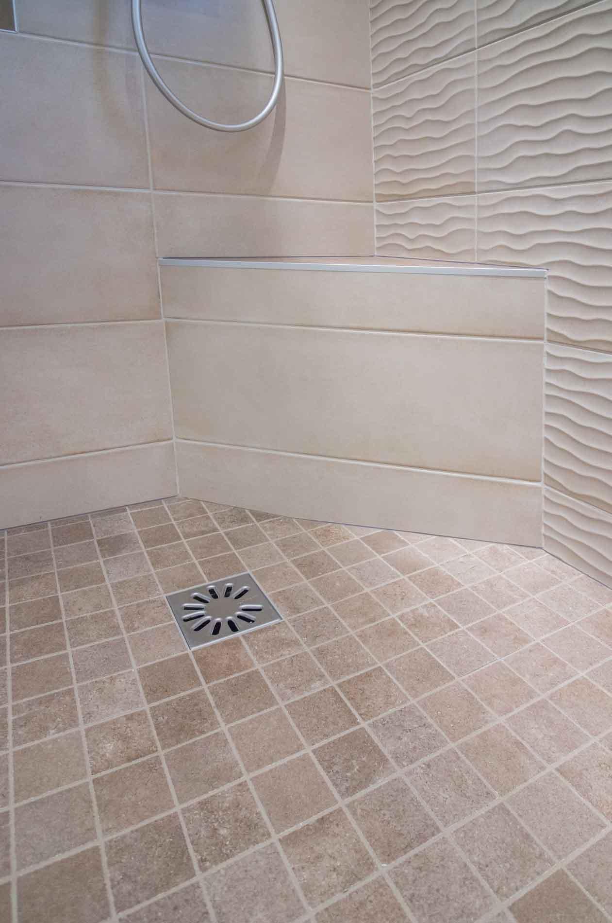 Un receveur de douche à carreler pour créer une mosaïque au sol créé lors de cette rénovation