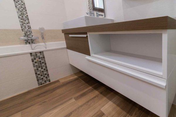 un meuble suspendu et une baignoire