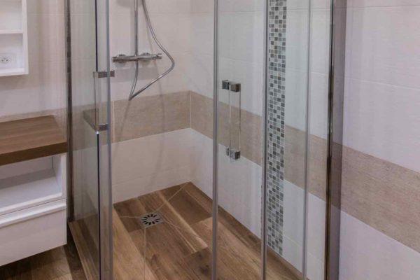 une douche italienne avec porte de douche d'accès en angle.