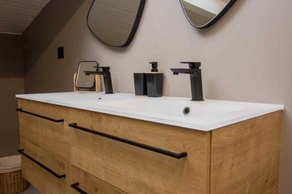 meuble double vasque avec plan de toilette en verre pour cette rénovation de salle de bains à Grenoble