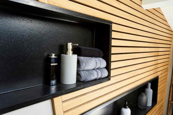 niche de douche en granit pour cette rénovation de salle de bains faite par les artisan ar'intérieur