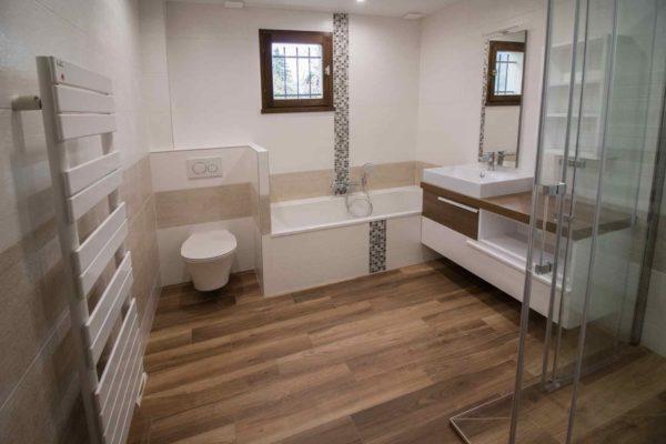 une baignoire et un wc