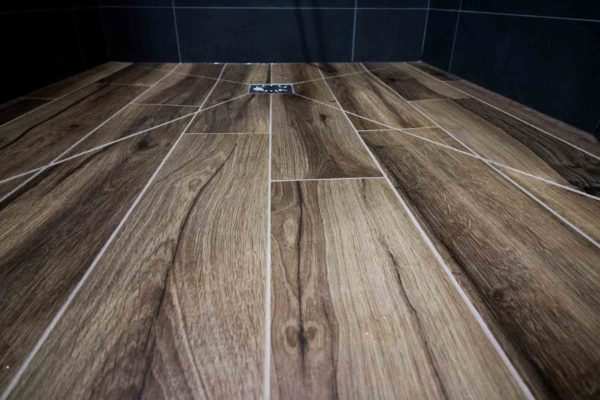 Gros plan sur un sol de douche en pointe de diamant.